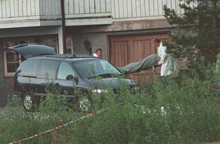 En av de drepte blir fraktet ute av kårboligen på Orderud. Foto: Morten Holm / NTB scanpix
