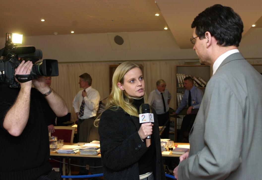 TV 2s Karianne Solbrække på plass i tingretten i 2002. Her intervjuer hun forsvarer Cato Schiøtz. Foto: NRK