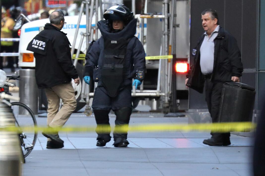 Time Warner-bygningen i New York ble evakuert etter at CNN mottok en bombe i posten. Foto: Kevin Coombs / Reuters / NTB scanpix
