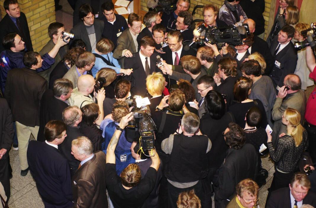 Daværende statsminister Kjell Magne Bondevik ble omringet av pressen da han kom ut i Stortingets Vandrehall etter å ha stilt kabinettspørsmål. Foto: Heiko Junge / NTB SCANPIX