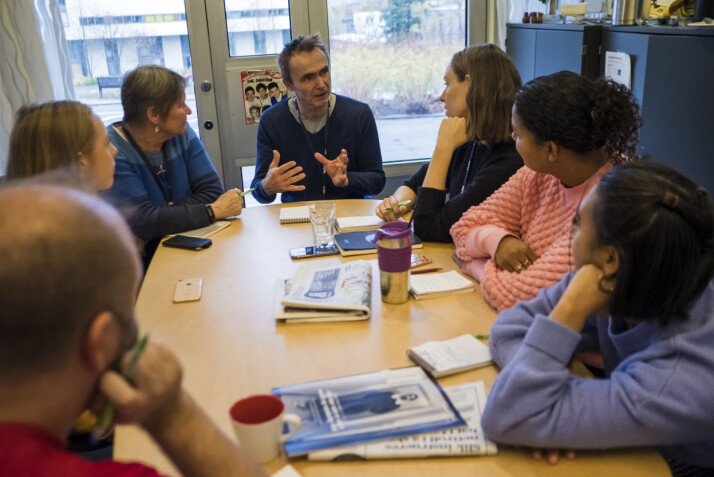 Redaksjonen diskuterte Momo-saken på morgenmøtet fredag. Foto: Kristine Lindebø