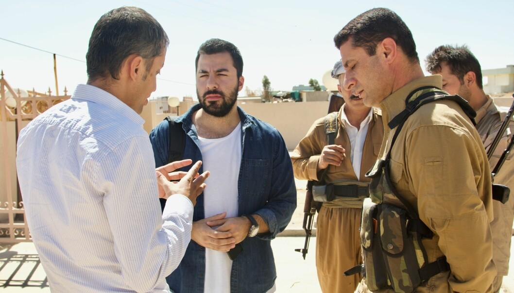 Sinan Shahinian (i midten) har jobbet som journalist i blant annet Irak. Her er han med soldater fra peshmergastyrken som kjempet mot IS i 2014. Foto: Hawre Khaled