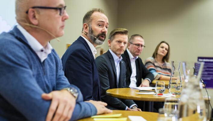 NRK-sjef Thor Gjermund Eriksen, Trond Giske (Ap), Tage Pettersen (H), Geir Jørgen Bekkevold (KrF) og NJ-leder Hege Iren Frantzen. Foto: Kristine Lindebø