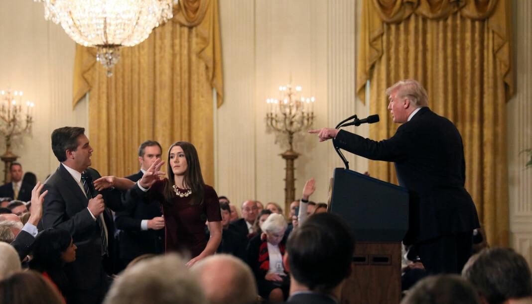 Denne situasjonen blir av Det hvite hus framstilt som om CNN-reporter Jim Acosta går til håndgripeligheter mot en praktikant. Foto: Jonathan Ernst / Reuters / NTB scanpix