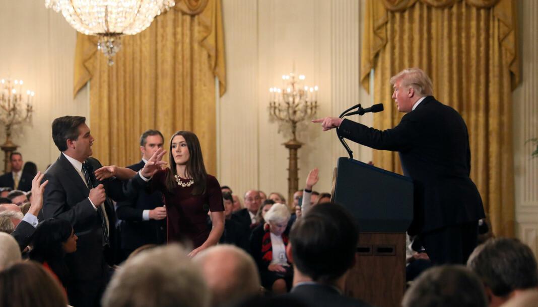 En ansatt i Det hvite hus forsøker etter ordre fra president Donald Trump å ta mikrofonen fra Jim Acosta (til venstre) under en pressekonferanse forrige uke. Foto: Reuters / NTB scanpix