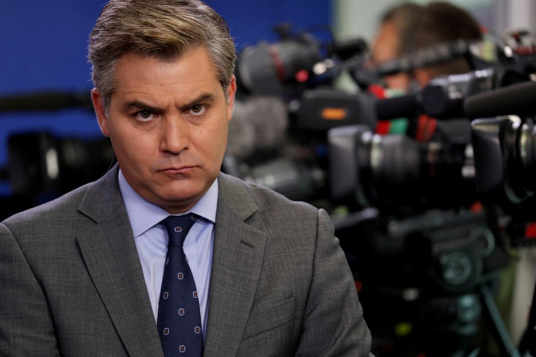 Jim Acosta ble forsøkt fratatt mikrofonen mens han stilte president Donald Trump et spørsmål under en pressekonferanse. Foto: Reuters / NTB scanpix