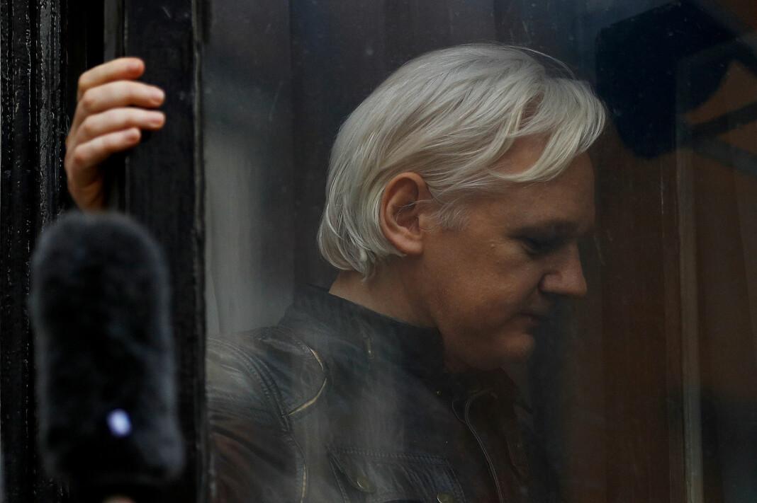 WikiLeaks grunnlegger Julian Assange fotografert gjennom en dør på Equadors ambassade i London. Foto: Reuters / NTB scanpix