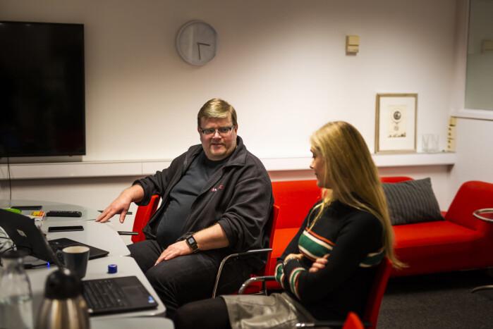 I NRKJs brakkekontorer deler leder Rolf Johansen og nestleder Hege Fagerheim NTLs bekymringer om planene om å sette ut IT-drifta i NRK. Foto: Kristine Lindebø