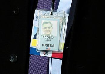 Presseakkrediteringen er på plass igjen rundt halsen. Foto: Reuters / NTB scanpix