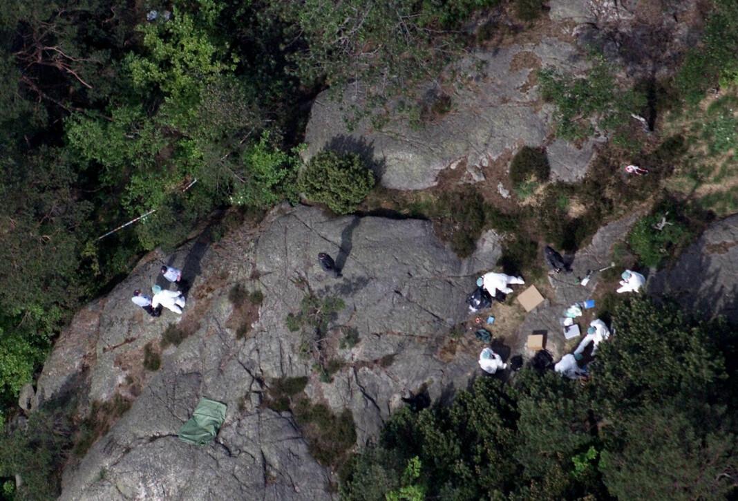 Kripos-teknikere på stedet hvor de to jentene ble funnet drept i Baneheia. Foto: Lise Åserud / NTB scanpix.