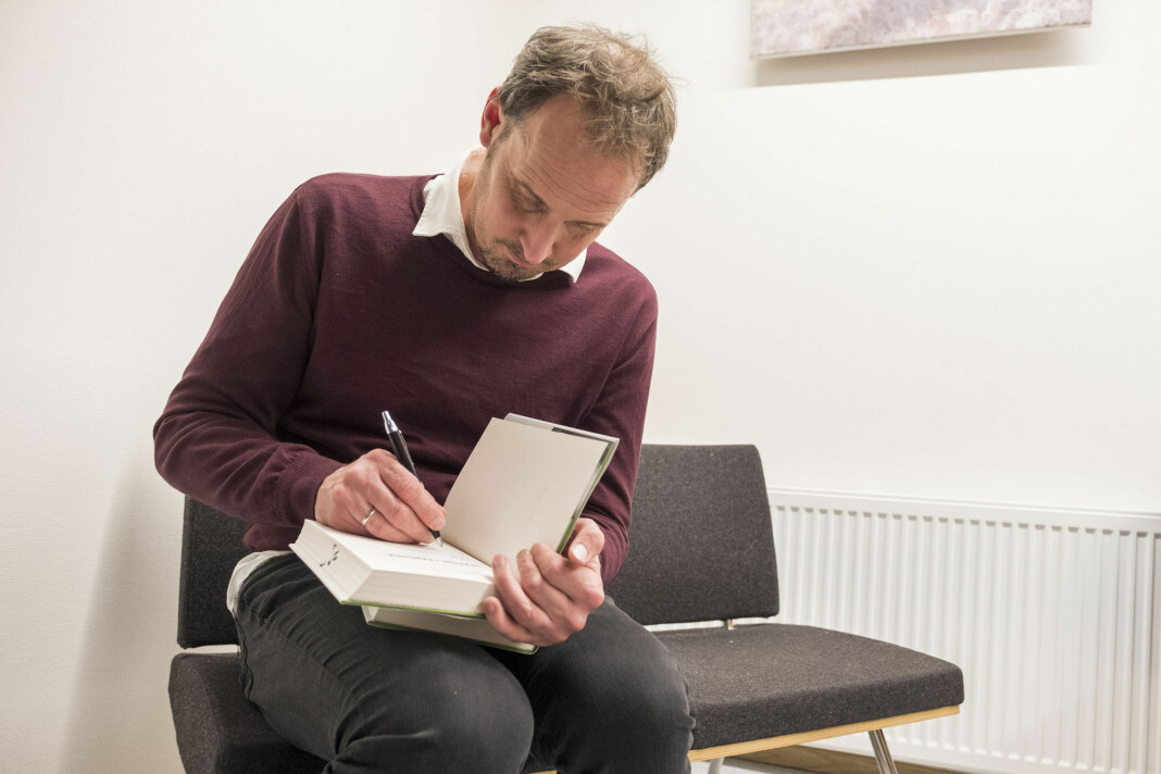 Bjørn Olav Jahr signerer bøker under lanseringen av boka «Drapene i Baneheia. To historier. En sannhet». Foto: Tor Erik Schrøder / NTB scanpix