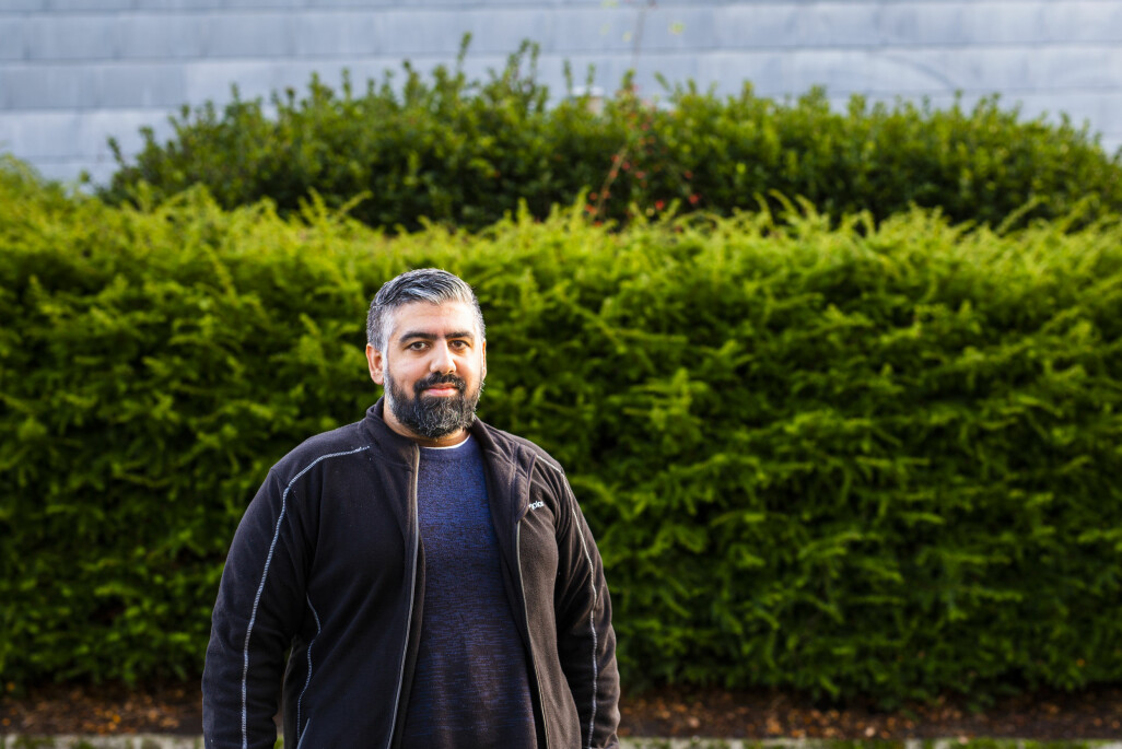 – Jeg hadde aldri kunnet fortelle denne historien hvis det ikke var for tilliten hun har til meg, sier NRK Rogaland-journalist Syed Ali Shahbaz Akhtar. Foto: Kristine Lindebø