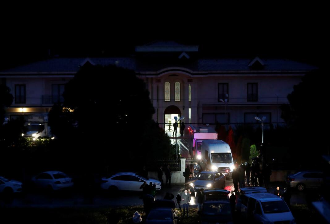 Tyrkisk politi ransaket to villaer i nærheten av småbyen Termal i Yalova-provinsen nordvest i Tyrkia mandag. Foto: Reuters / NTB scanpix
