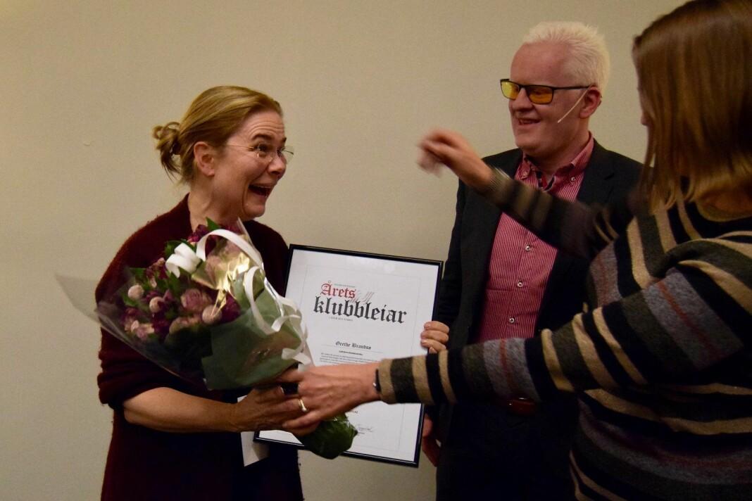 Her får Grethe Brandsø prisen av NJ-lederne Hege Iren Frantzen og Dag Idar Tryggestad. Foto: Norsk Journalistlag