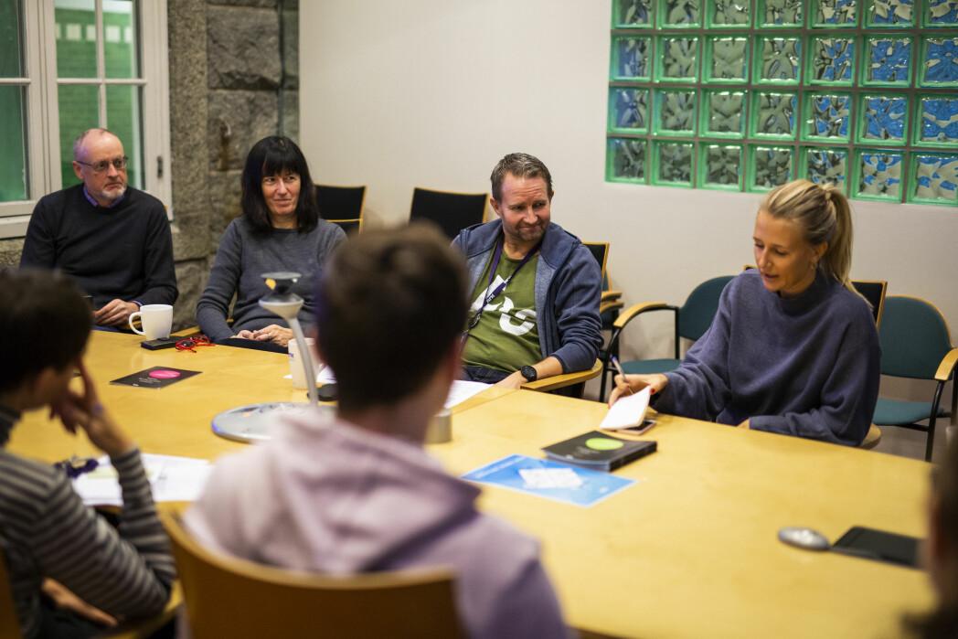På morgenmøtet i NRK Rogaland diskuteres hvilke saker som skal hvor. Nyhetsredaktør Lars Navestad i midten. Foto: Kristine Lindebø