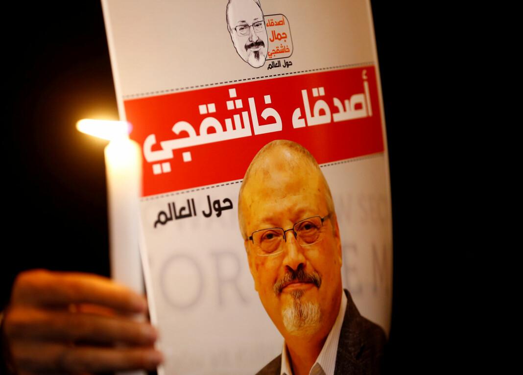 Tente lys og bilder av den drepte journalisten Jamal Khashoggi er plassert utenfor Saudi-Arabias konsulat i Istanbul, der 59-åringen ble drept. Foto: Reuters / NTB scanpix