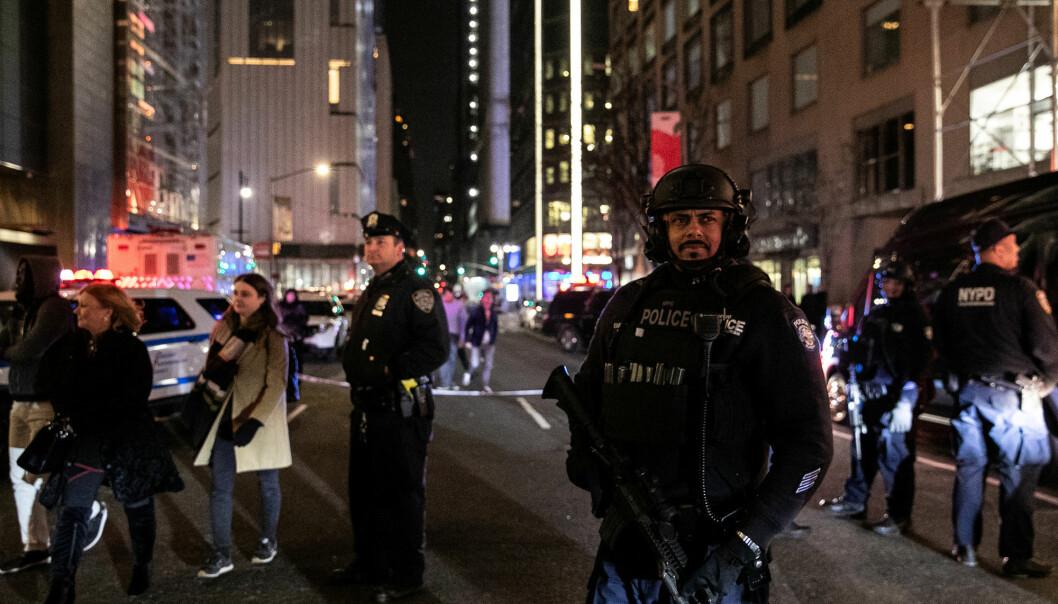 Politiet fant ingen eksplosiver, og rundt midnatt kunne CNN melde at de hadde fått klarsignal til å gå tilbake til kontorene sine. Foto: Reuters / NTB scanpix