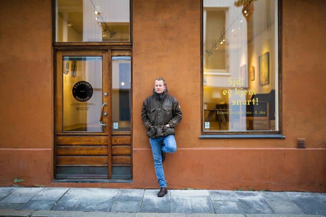 Midt i Stavanger Sentrum har Tommy Ellingsen (bildet) og Johannes Worsøe Berg åpnet galleri for fotojournalistikk og dokumentarfotografi. Foto: Kristine Lindebø