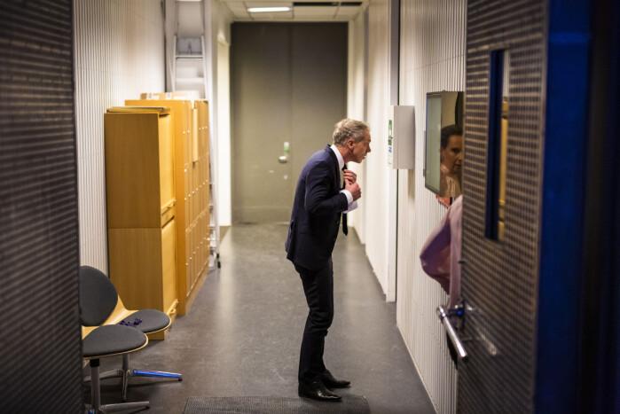 Petter Oulie-Hauge tar en siste skjekk i speilet før han går inn i studio.