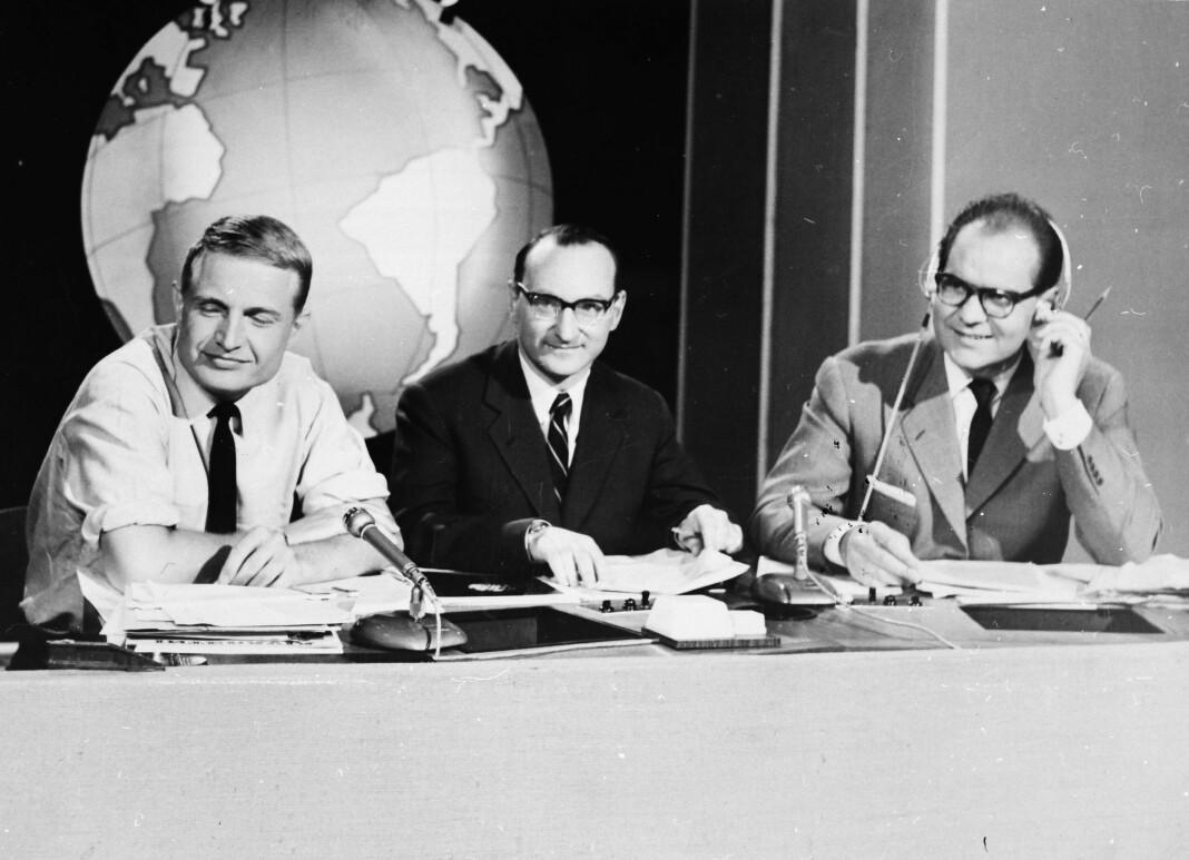 Erik Tandberg, Oddvar Bernsten og Per Øyvind Heradstveit i Dagsrevyen-studio i 1959. Bla nederst i saken for å se Dagsrevyen-studio gjennom tidende. Foto: NRK Arkiv
