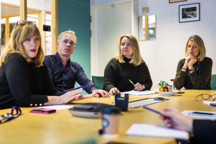 Programledere Invild Bryn og Petter Oulie-Hauge, vaktsjef Ann-Iren Finstad og redaksjonssjef Hanna Thorsen har redaksjonsmøte i Dagsrevyen, desember 2018. Foto: Kristine Lindebø