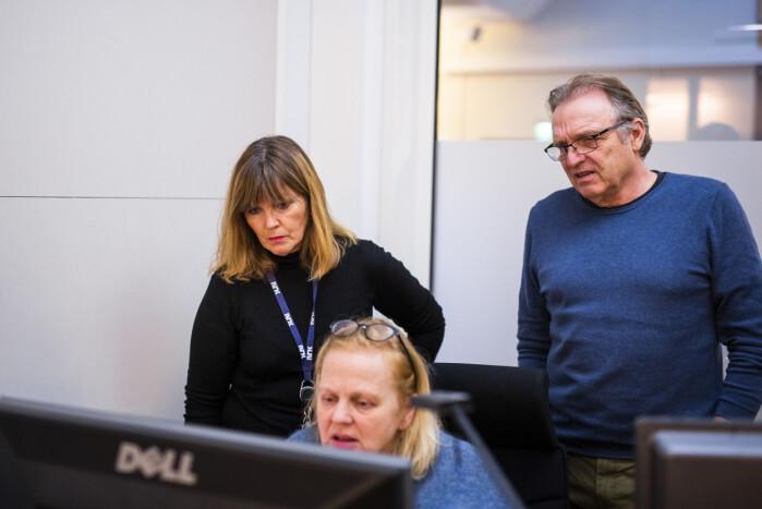 Programleder Ingvild Bryn og producer Frode Krogh ser på grafikken Kjersti Lofthaug har laget.