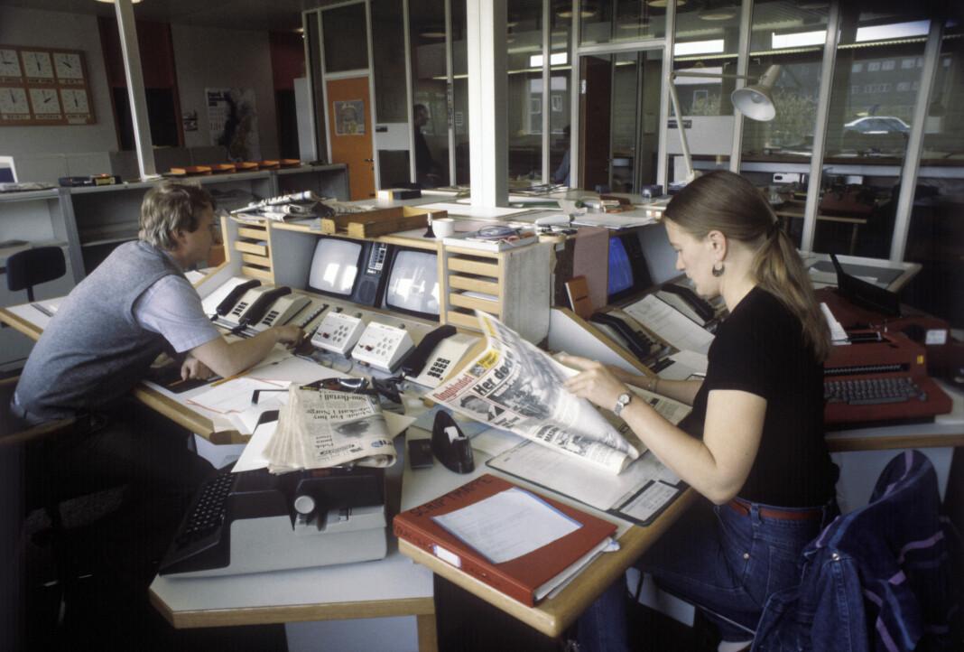 Desken i NRK Dagsrevyen, 1982. Nyhetsredaksjonen i på Marienlyst i Oslo. Journalist Tomm Berntzen til venstre. Foto: Bjørn Sigurdsøn / NTB scanpix