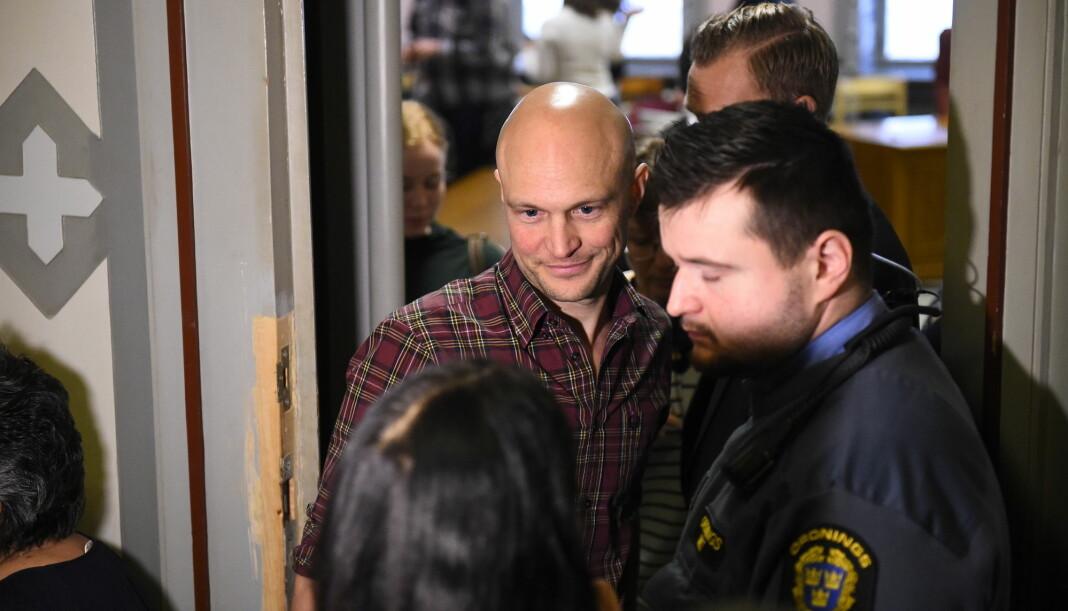 Journalist Fredrik Önnevall og ytterligere to SVT-ansatte er dømt til en betinget dom og dagsbøter etter å ha hjulpet en syrisk flyktninggutt til Sverige. Foto: Emil Langvad/TT / NTB scanpix