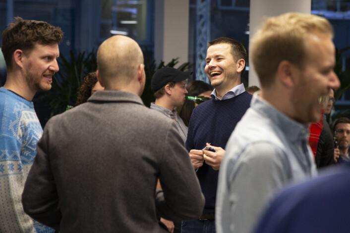 BT-redaktør Øyulf Hjertenes (midten) klarte ikke å skjule smilet. Til venstre kommentator Jens Kihl. Foto: Bjørn Erik Larsen/BT