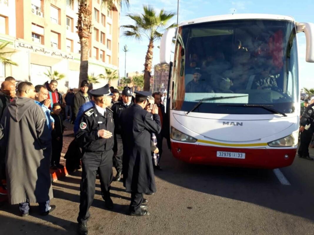 De tre mistenkte mennene ble pågrepet i denne bussen rett utenfor Marrakech torsdag. Foto: Kech24 / NTB scanpix