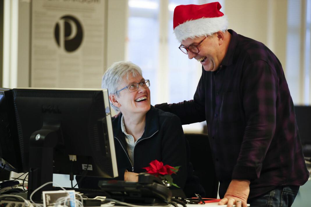 NTBs Trine Andersen jobber sin siste jul i nyhetsbyrådet. På nyåret går hun av med AFP. Her sammen med journalistkollega, og for anledningen nisse, Dag Kjørholt.  Foto: Erik Johansen / NTB scanpix