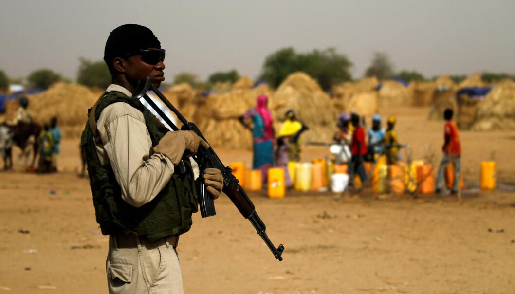 En nigeriansk soldat holder vakt utenfor en landsby. Foto: Reuters / NTB scanpix