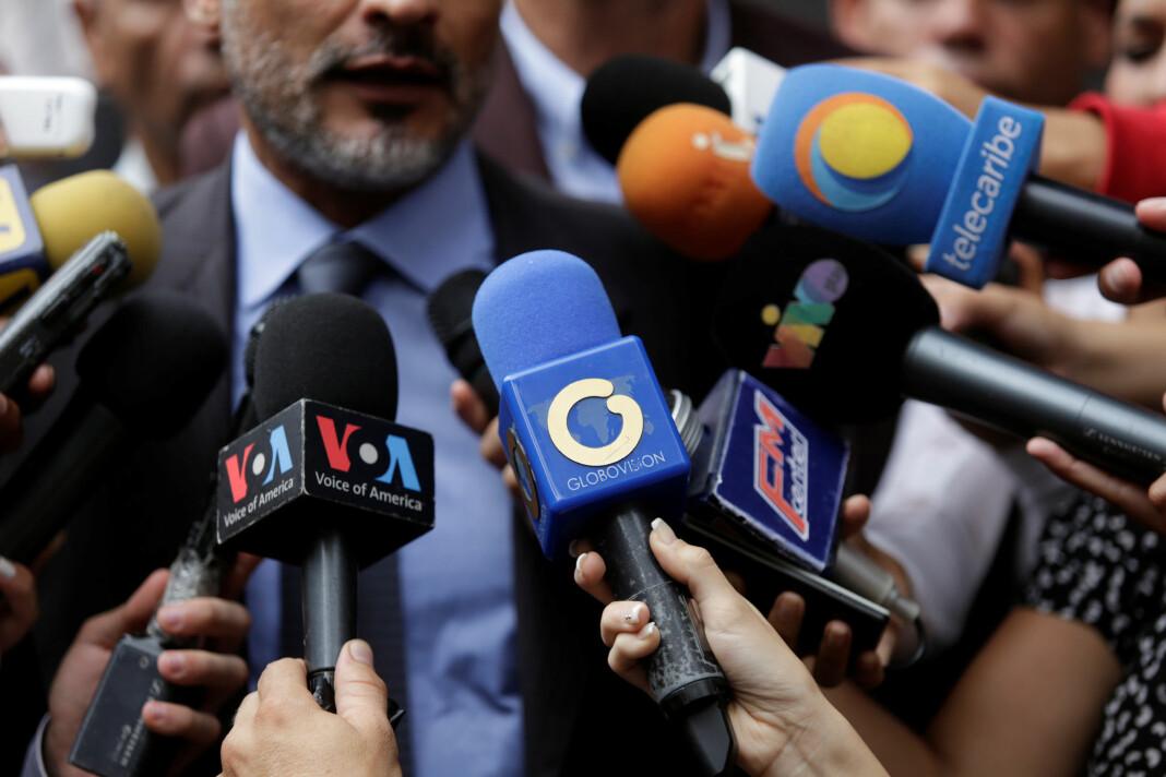 En ansatt ved den Raul Gorrin-eide TV-kanalen Globovision holder fram sin mikrofon. Arkivfoto: Reuters / NTB scanpix