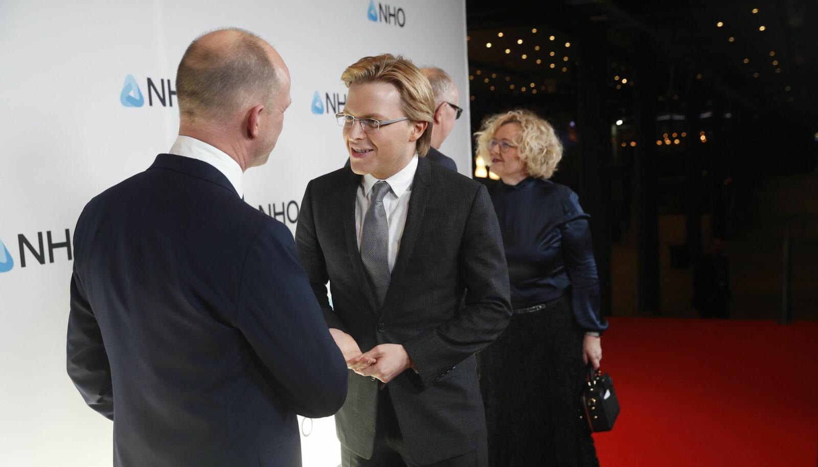 Ronan Farrow hilser på NHO-sjef Ole Erik Almlid. Foto: Cornelius Poppe / NTB scanpix