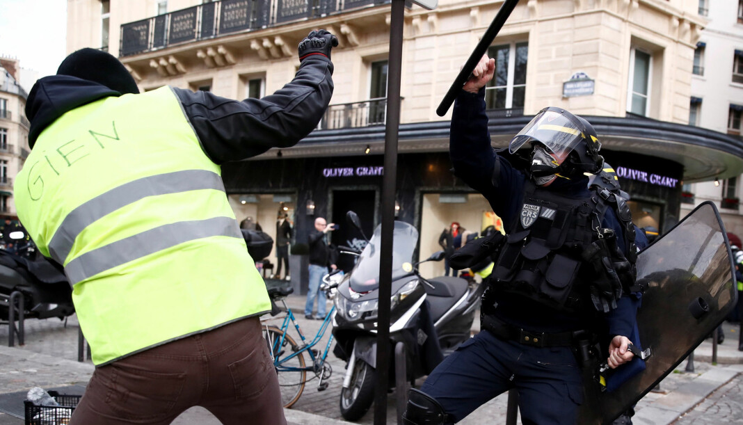 Politiet og demonstranter i håndgemeng under protester i Paris. Foto: Reuters / NTB scanpix