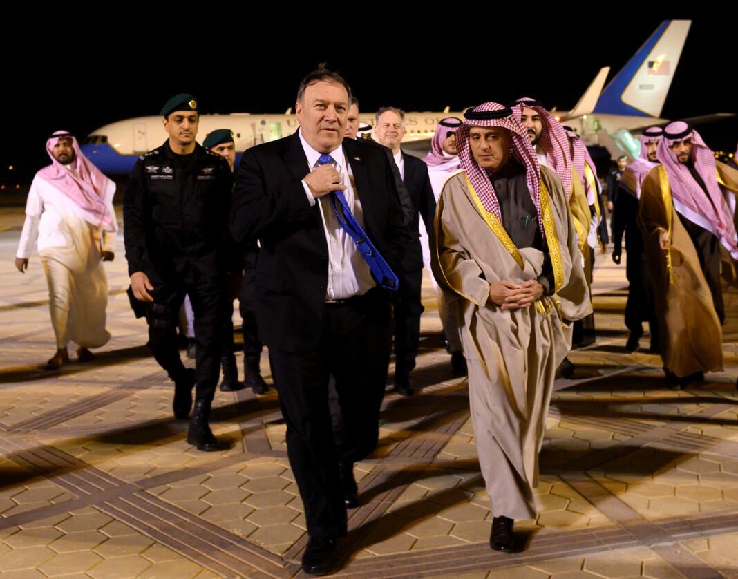 USAs utenriksminister Mike Pompeo og hans saudiarabiske motpart Adel al-Jubeir på flyplassen i Riyadh søndag. Foto: Andrew Caballero-Reynolds / AP / NTB scanpix