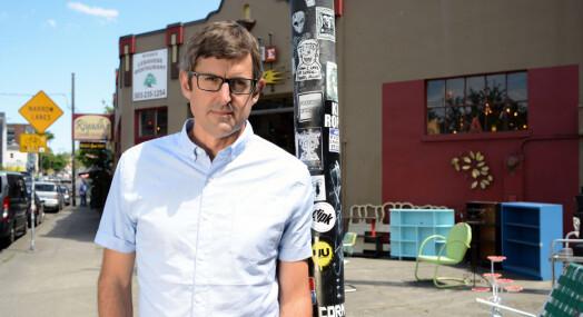 Slik får Louis Theroux innpass hos mennesker som skyr pressen: – Det handler om småting som å tilby seg å ta av seg på beina når man kommer hjem til noen