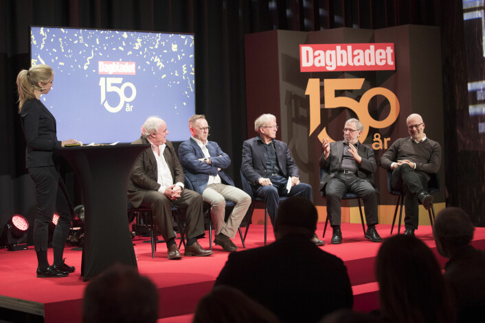 Dagbladets redaktør Alexandra Beverfjord intervjuer de tidligere redaktørene John Olav Egeland (til venstre), John Arne Markussen, Bjørn Simensen, Harald Stanghelle og Thor Gjermund Eriksen. Foto: Terje Bendiksby / NTB scanpix