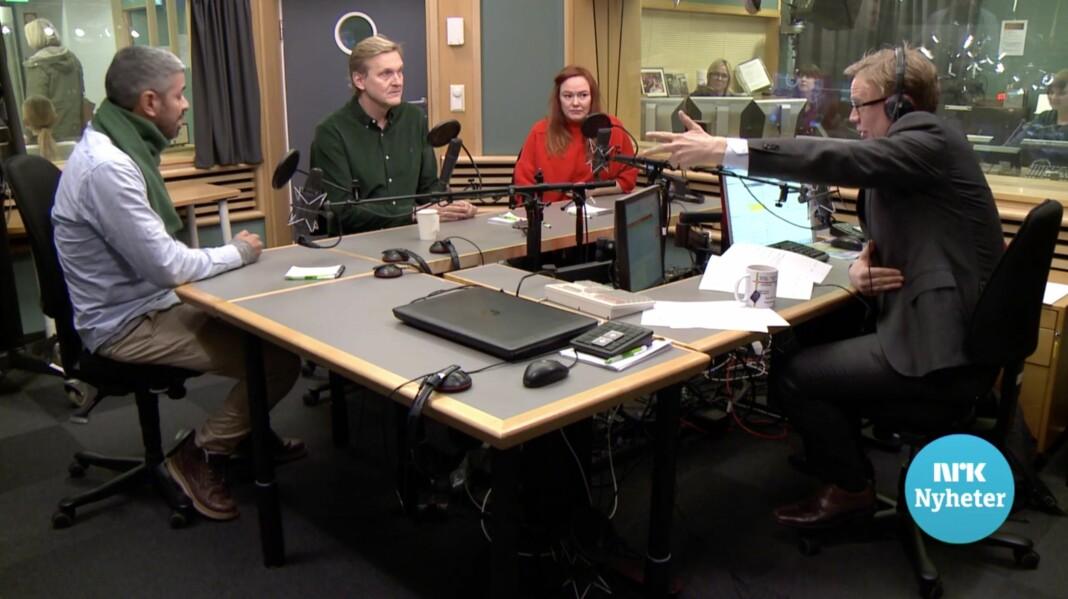 – Der er døren, sa programleder Espen Aas til komiker Yousef Hadaoui. Her sammen med Trond Kvernstrøm og Trine Lise Olsen. Skjermdump NRK