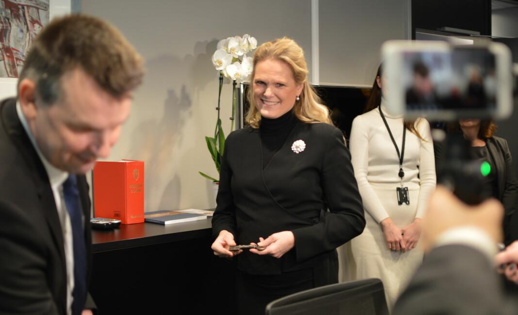 Ingvil Smines Tybring-Gjedde mottok nøkkelen til sitt nye kontor av justisminister Tor Mikkel Wara i Nydalen i Oslo tirsdag. Foto: Nils Martin Silvola