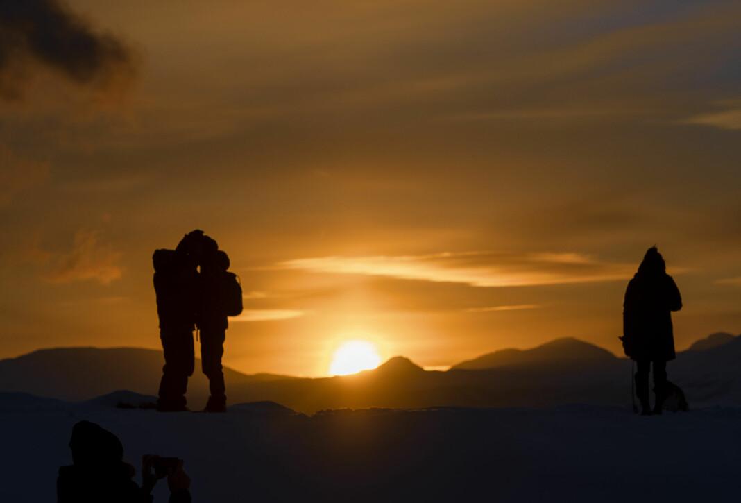 Dette var noe av det de internasjonale journalistene som besøker Tromsø denne uka kunne få oppleve, årets første soldag. Foto: Lars Åke Andersen / NTB scanpix