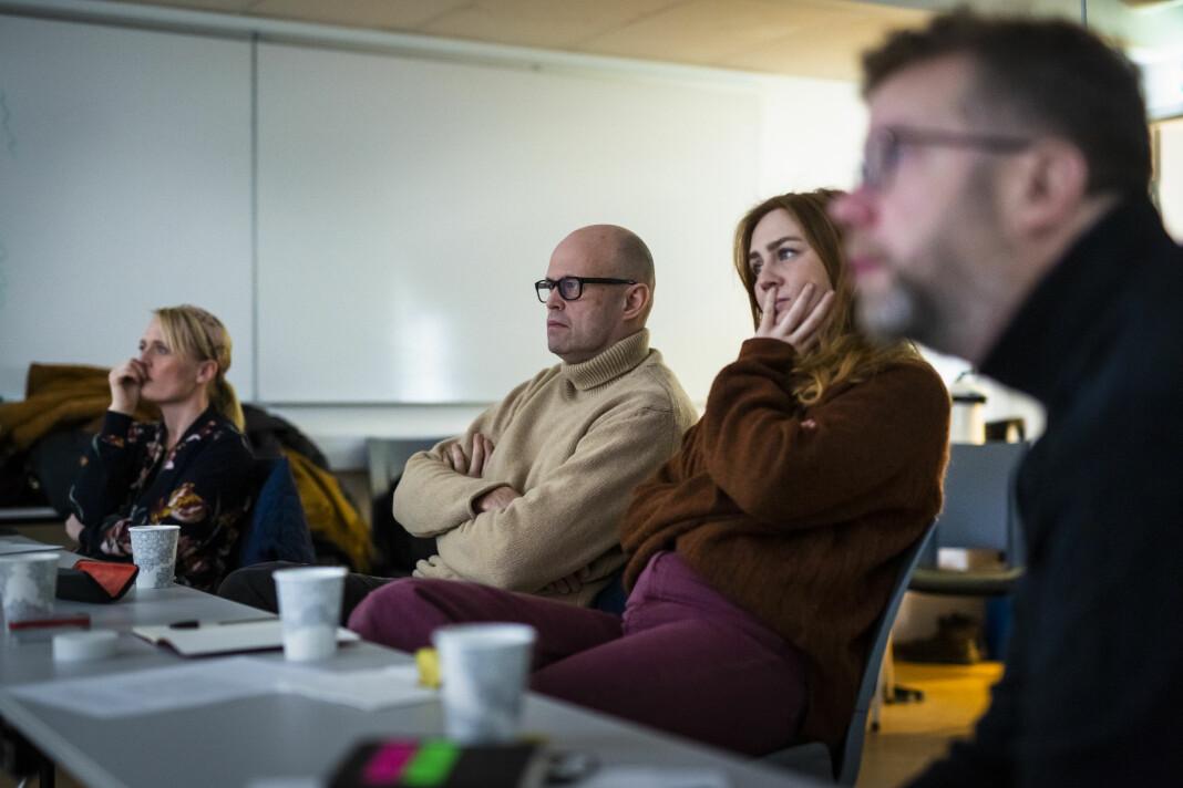 Juryen for stillbilder i Årets bilde 2018 sitter stille mens nyhetsbildene går over skjermen. Fra venstre: Sigrid Nygaard, Eirik Brekke, Line Ørnes Søndergaard og Lars Dareberg. Foto: Kristine Lindebø