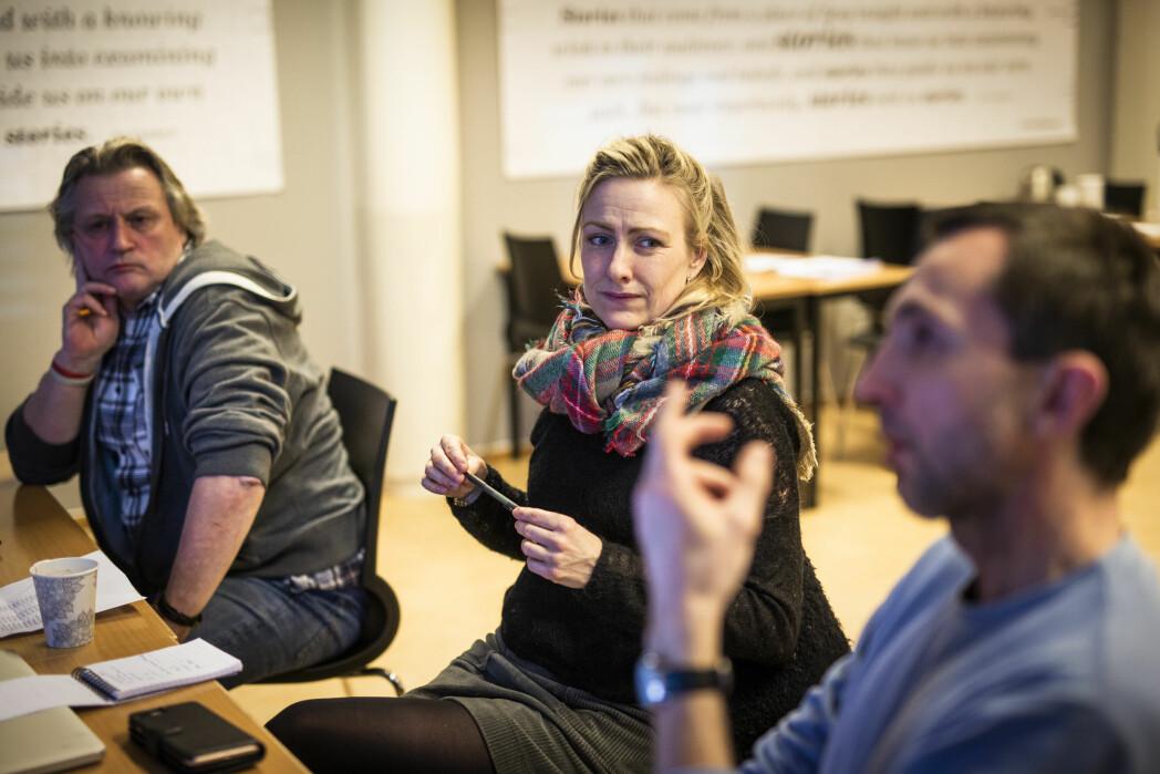 Videojuryen diskuterer en av de innsendte videoene. Fra venstre: Dag Indrebø, Marte Christensen og Rune Vandvik. Foto: Kristine Lindebø
