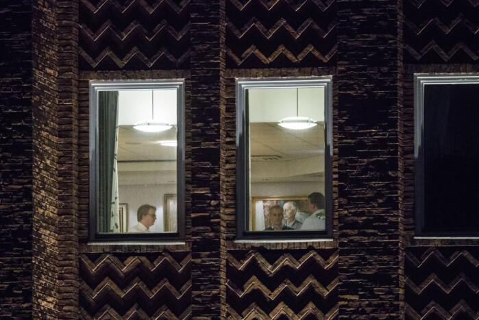 En pause i det fire timer lange møte i Aps sentralstyret om varslingssakene mot Trond Giske . – Bildet er kanskje ikke det mest spennende, men er viktig dokumentasjon, historiefortelling og journalistikk, sier fotografen. Foto: Tore Kristiansen