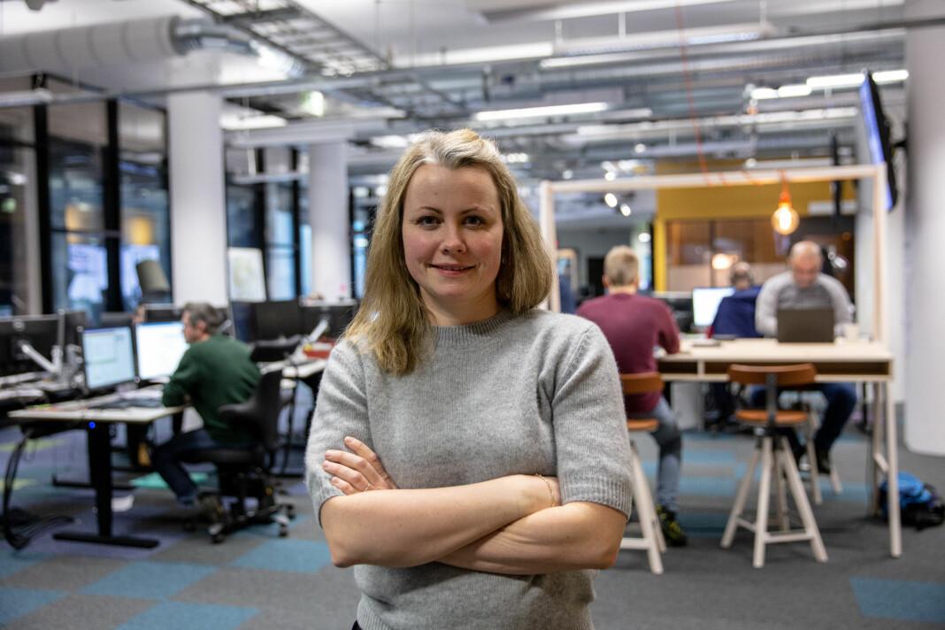 NRK Hordaland-journalist Stine Mari Velsvik skrev masteroppgave om hva som skjer med nyhetsvideoer når de klippes om for sosiale medier. Foto: Christine Kongsvik