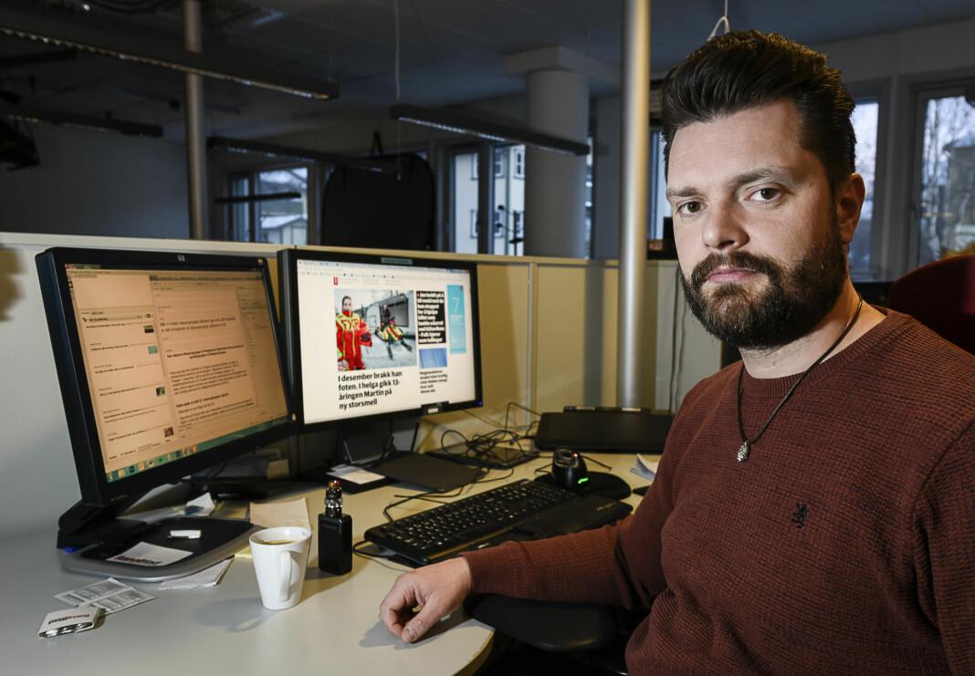 Digitalredaktør Tord Olander Pedersen i Rana Blad ser en klar nytteverdi i lange, og gode, titler. Foto: Øyvind Bratt / Rana Blad