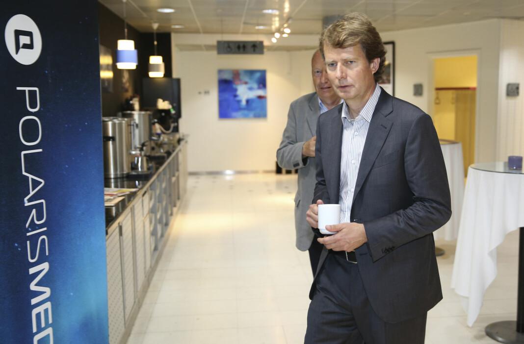 Administrerende direktør Per Axel Koch i Polaris Media. I bakgrunnen medieinvestorer - og Polaris-aksjonær - Odd R. Øie. Foto: NTB scanpix