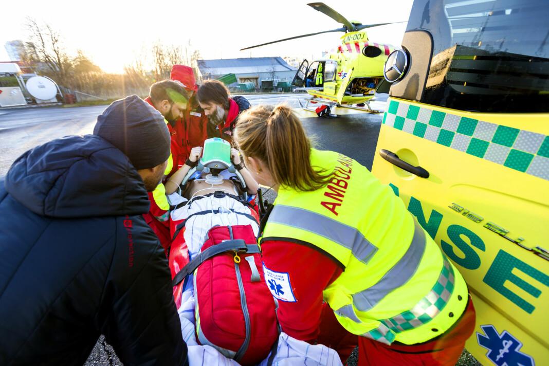 Ambulansearbeiderne sier de ofte blir forstyrret av tilskuere som filmer og tar bilder. Illustrasjonsfoto: Gorm Kallestad / NTB scanpix