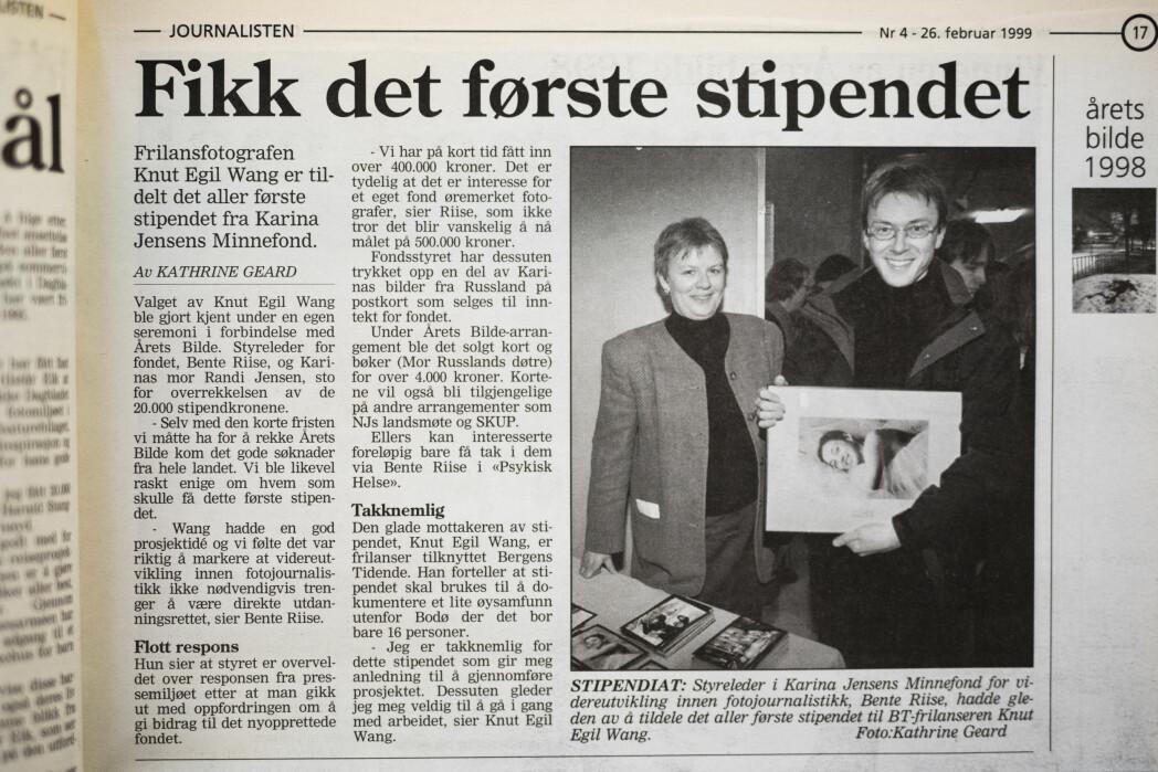 Knut Egil Wang mottok det aller første stipendet fra Karina Jensens Minnefond. Her er oppslaget i Journalisten, 26. februar 1999.