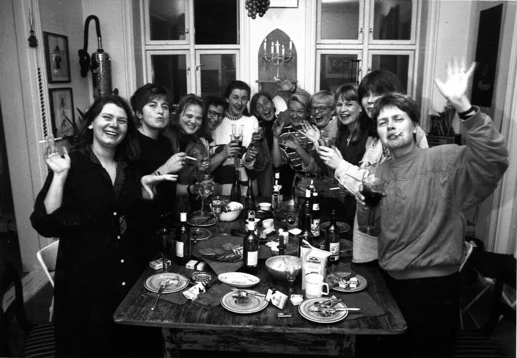 Karina Jensen (hvit genser i midten) og flere av de andre «PK-jentene», som dette bildet fra Journalisten i mars 1993 er merket. Ytterst t.v er Annemor Larsen og ytterst t.h. Mimsy Møller. Foto: Kathrine Geard / Journalisten